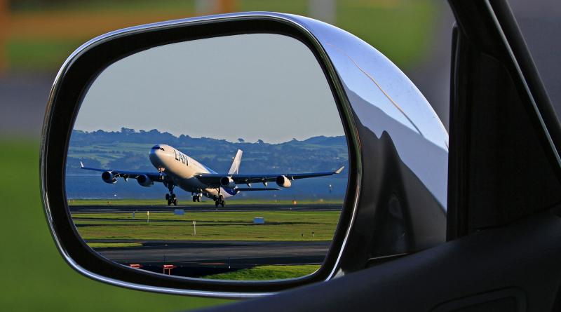 Repülőgép egy autó visszapillantójában