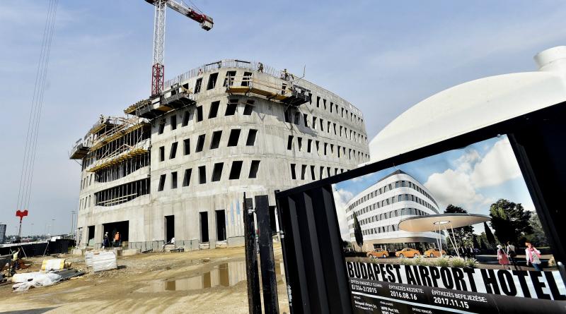 Célegyenesben az új reptéri szálloda építése