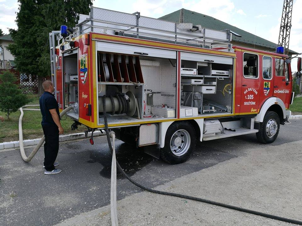 Tűzoltók hűsítik a gyömrői utcákat