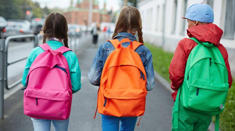 Milliókkal könnyítenek a gyáli iskolatáskákon