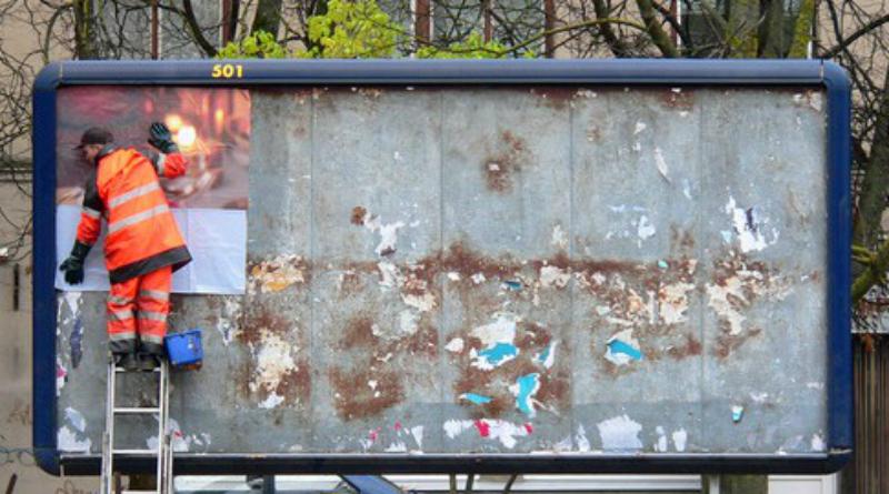 Plakátokat távolíttat el a Pest Megyei Kormányhivatal e40a94facb