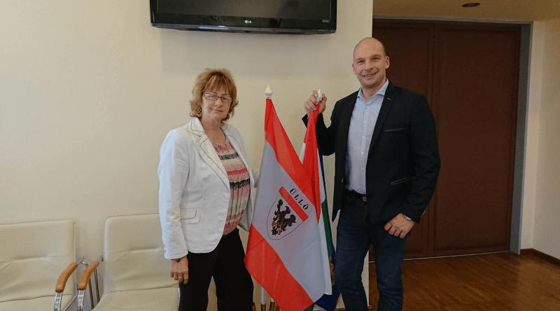 Kissné Szabó Katalin Üllő polgármestere, és Mezey Attila Gyömrő polgármestere a kérleme aláírása után