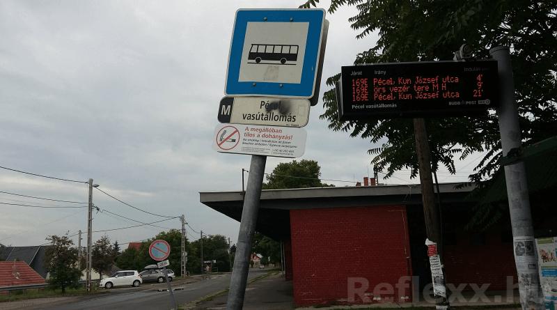 FUTÁR kijelző a péceli vasútállomásnál (Fotó: Reflexx)