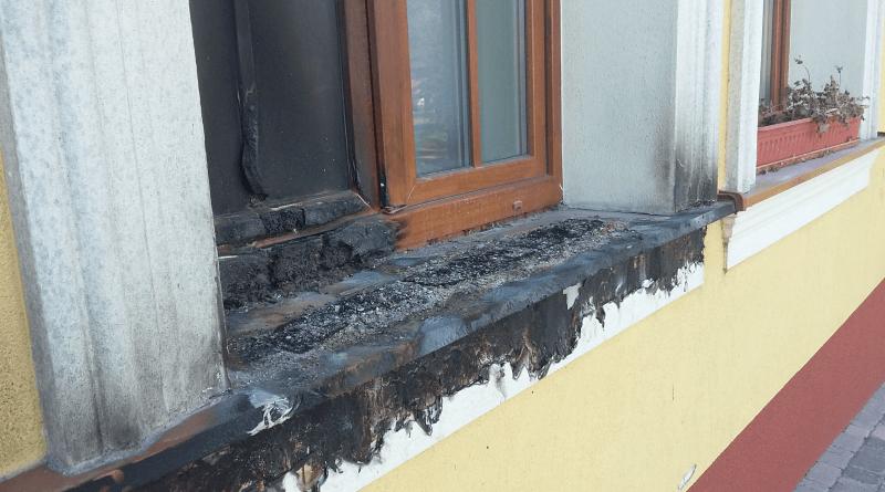 A gyömrői okmányiroda kiégett ablaka