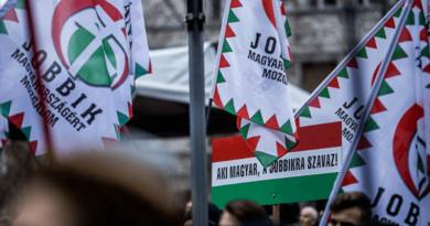 Jobbikos zászlók